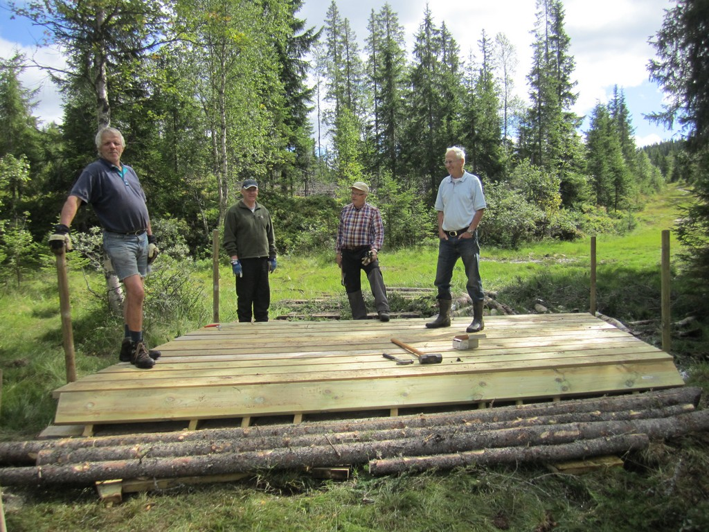 Brua i tur- og skiløypa ved Trollheim som dugnadsgjengen i Åsløypas Venner - Raufoss bygde i sommer. Fra venstre Svein Olav Ninive, Tore Jan Kristiansen, Jan Erik Grøtberg og Thorvald Skaug